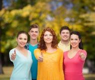Группа в составе усмехаясь подростки над зеленым парком Стоковое Изображение RF