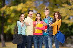 Группа в составе усмехаясь подростки показывая большие пальцы руки вверх Стоковые Фото