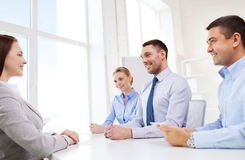 Группа в составе усмехаясь предприниматели встречая в офисе Стоковые Фото