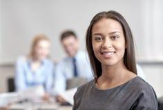 Группа в составе усмехаясь предприниматели встречая в офисе Стоковые Фотографии RF