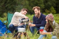 Группа в составе усмехаясь друзья варя еду outdoors Стоковое Изображение