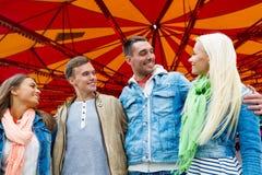 Группа в составе усмехаясь друзья в парке атракционов Стоковые Изображения RF
