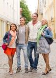 Группа в составе усмехаясь друзья идя в город Стоковое Изображение
