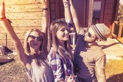 Группа в составе усмехаясь друзья принимая смешное selfie Стоковые Изображения RF