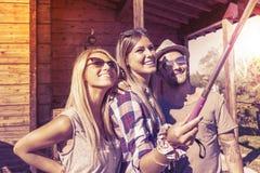 Группа в составе усмехаясь друзья принимая смешное selfie Стоковая Фотография