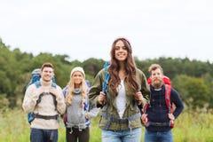 Группа в составе усмехаясь друзья с пешим туризмом рюкзаков Стоковое Изображение RF