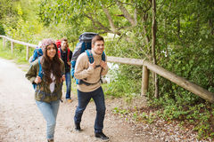 Группа в составе усмехаясь друзья с пешим туризмом рюкзаков Стоковые Изображения RF
