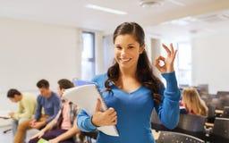 Группа в составе усмехаясь студенты в лекционном зале стоковые фото