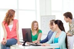 Группа в составе усмехаясь студенты имея обсуждение Стоковое фото RF