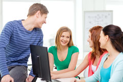 Группа в составе усмехаясь студенты имея обсуждение Стоковое Фото