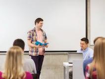 Группа в составе усмехаясь студенты и учитель в классе Стоковая Фотография RF