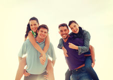 Группа в составе усмехаясь люди имея потеху на пляже Стоковые Фото