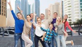 Группа в составе усмехаясь люди имея потеху Стоковая Фотография RF