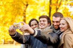 Группа в составе усмехаясь люди и женщины делая selfie Стоковые Изображения RF