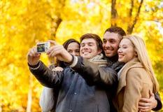 Группа в составе усмехаясь люди и женщины делая selfie Стоковое Фото