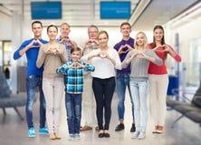 Группа в составе усмехаясь люди показывая руку сердца подписывает Стоковая Фотография