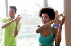 Группа в составе усмехаясь люди танцуя в спортзале или студии Стоковое Изображение