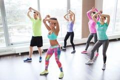 Группа в составе усмехаясь люди танцуя в спортзале или студии Стоковые Изображения RF