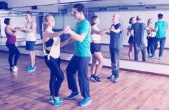 Группа в составе усмехаясь bachata людей танцуя совместно Стоковые Изображения