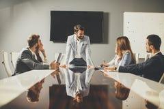 Группа в составе успешные бизнесмены на встрече в офисе Стоковое Изображение