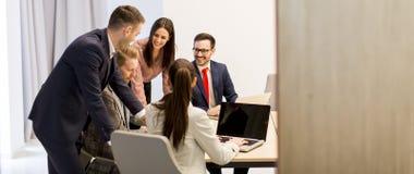 Группа в составе успешные бизнесмены на встрече в офисе Стоковая Фотография