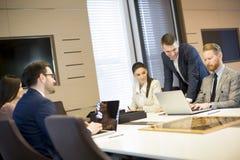 Группа в составе успешные бизнесмены на встрече в офисе Стоковые Изображения