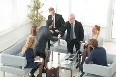 Группа в составе успешные бизнесмены Обсуждение importa Стоковая Фотография