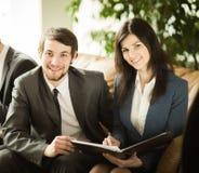 Группа в составе успешные предприниматели Обсуждение важного документа в офисе Стоковая Фотография