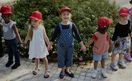 Группа в составе учебные экскурсии школы детей уча outdoors ботанический парк стоковая фотография