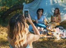 Группа в составе фото selfie взятия подруг Стоковое Фото