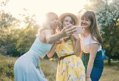 Группа в составе фото selfie взятия подруг Стоковая Фотография