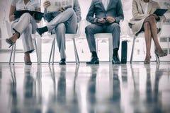 Группа в составе хорошо одетые бизнесмены ждать Стоковые Фото