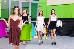 Группа в составе ходить по магазинам молодых женщин Стоковые Фото