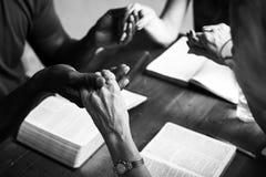 Группа в составе христианские люди молит совместно стоковое изображение rf