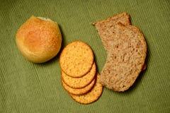 Группа в составе хлебы на зеленой предпосылке Стоковое Фото
