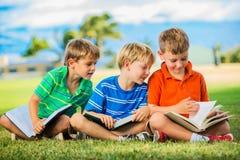 Группа в составе читать мальчиков Стоковое Фото