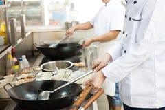 Группа в составе шеф-повара в варить кухни гостиницы или ресторана занятый стоковое фото rf