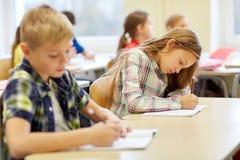 Группа в составе школа ягнится испытание сочинительства в классе Стоковые Фотографии RF