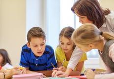 Группа в составе школа ягнится испытание сочинительства в классе Стоковые Изображения