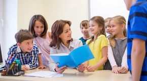 Группа в составе школа ягнится с учителем в классе Стоковое Изображение