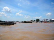 Группа в составе шлюпка через реку от Таиланда Стоковая Фотография RF