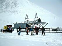 Группа в составе лыжники в горах Стоковая Фотография