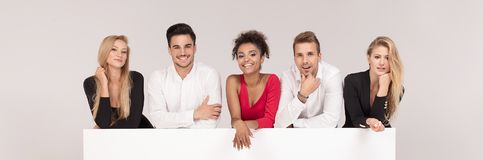 Группа в составе элегантные люди с пустой белой доской стоковое изображение rf