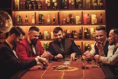 Группа в составе люди высшего класса играя покер в клубе ` s джентльмена Стоковая Фотография