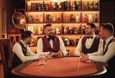 Группа в составе люди высшего класса играя покер в клубе ` s джентльмена Стоковое фото RF