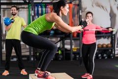 Группа в составе люди и женщина в функциональном спортзале тренировки стоковая фотография