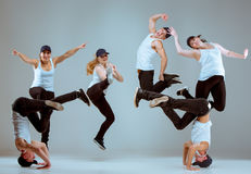 Группа в составе люди и женщины танцуя тазобедренная хореография хмеля Стоковые Фото