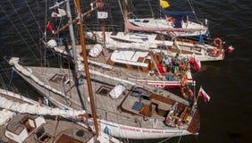 Группа в составе яхты и шлюпки в гавани Стоковое Фото