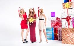Группа в составе blondies с подарками рождества Стоковая Фотография