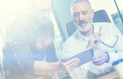 Группа в составе 2 businessmans делая большое время тормозит во время процесса работы в современном офисе Чернь взрослого бородат Стоковое фото RF
